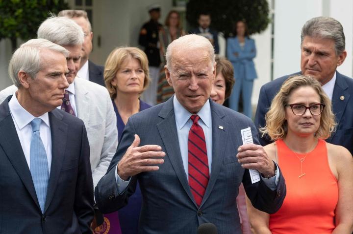Presidentti Joe Biden sopi infrastruktuuriasiasta kymmenen senaattorin ryhmän kanssa, johon kuului viisi demokraattia ja viisi republikaania. Lehtikuva/AFP