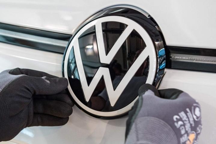 Volkswagen aikoo muuttaa kaikki ajopelinsä hiilidioksidineutraaleiksi vuoteen 2050 mennessä. Lehtikuva/AFP