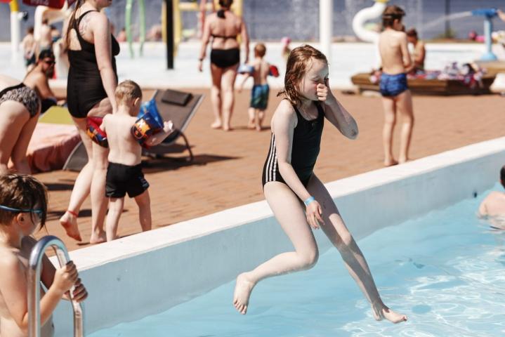 Kouvolan Aquaparkissa nautittin lauantaina hellesäästä. Lehtikuva / Roni Rekomaa