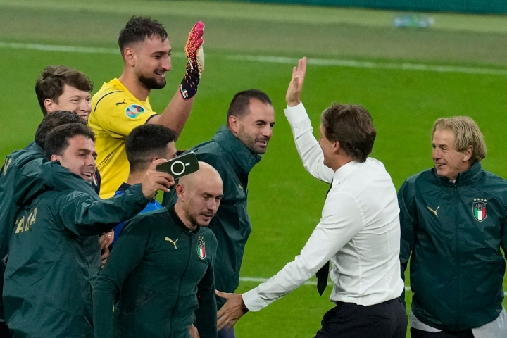 Italia on hienoinen ennakkosuosikki Englannin kotikenttäedusta huolimatta. Keskellä Mancini. Lehtikuva/AFP