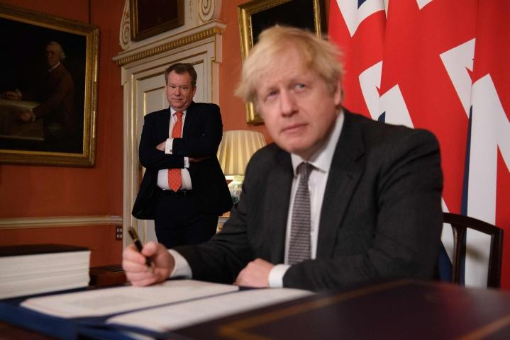Brittihallinnon mielestä nykyiset järjestelyt Pohjois-Irlannissa eivät toimi. Kuvassa Britannian pääministeri Boris Johnson (etualalla) ja brexit-ministeri David Frost joulukuussa 2020 Lontoossa Downing Streetillä. LEHTIKUVA/AFP