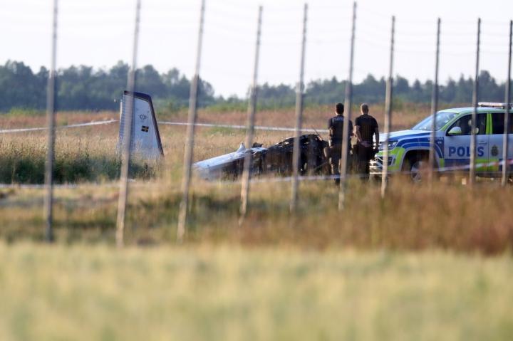 Ruotsin Örebrossa putosi torstai-iltana pienlentokone, jonka kyydissä oli kahdeksan laskuvarjohyppääjää sekä koneen lentäjä. LEHTIKUVA/TT