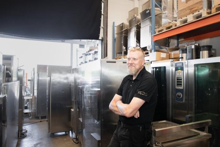 Asiakkaiden käytöstä poistetut laitteet päätyvät useimmiten materiaalikierrätykseen, mutta joissakin tapauksissa myös jälleenmyyntiin, Arto Korhonen kertoo.