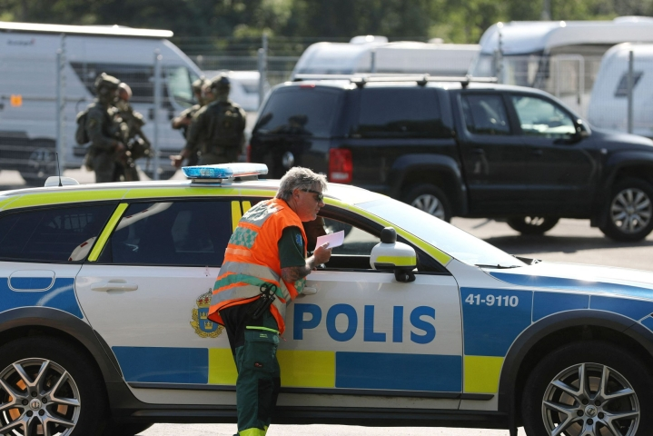 Panttivankitilanne Eskilstunan lähellä sijaitsevassa Hällbyn vankilassa johti keskiviikkona isoon poliisioperaatioon. LEHTIKUVA/AFP