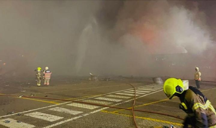 Palohenkilöstöä tapahtumapaikalla Dubain Jebel Alin satama-alueella. Maan hallinnon jakelema valokuva. Lehtikuva / AFP / handout / Dubain hallituksen mediatoimisto