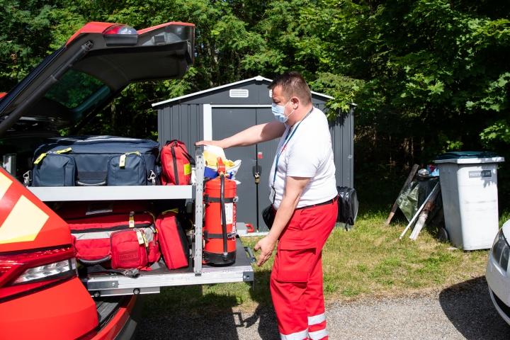 Ensihoidon yhden hoitajan yksikön auto on varustettu kuten ambulanssissa - vain paarit puuttuvat. Ensihoitaja Matti Eskelinen ottaa kotikäynnille mukaan vain tärkeimmät välineet.