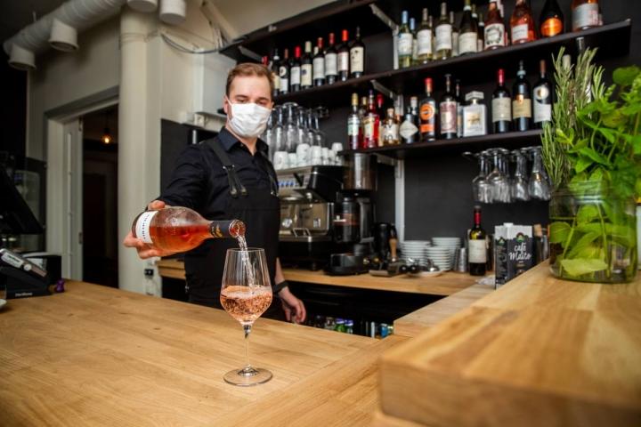 Ville Korhonen kaataa lasiin italialaista yhden rypäleen roséviiniä Trattoria Oton uudessa viinibaarissa.