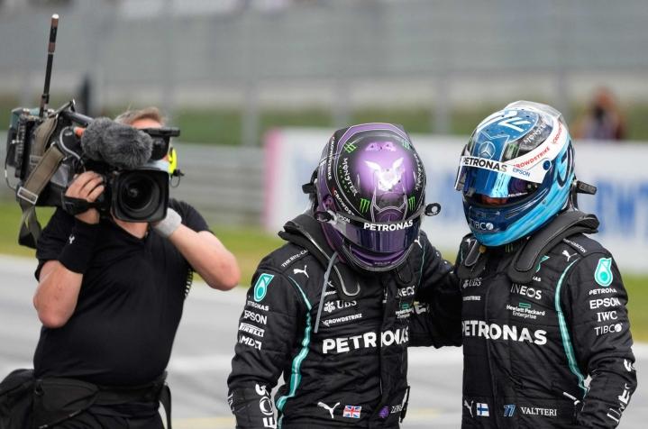 Mercedes-kuljettajat Lewis Hamilton (vas.) ja Valtteri Bottas (oik.) miehittivät tuloslistan kaksi ensimmäistä sijaa formula ykkösten Itävallan gp:n perjantain toisissa harjoituksissa. LEHTIKUVA/AFP