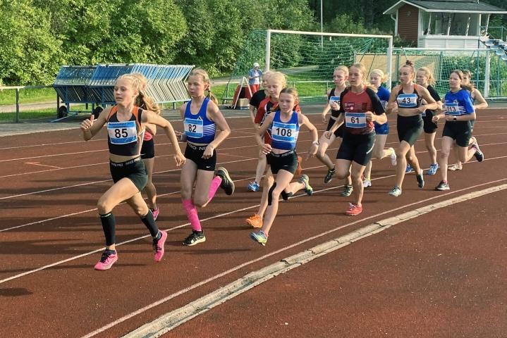 Pyhäselän Urheilijoiden Pinja Stenberg otti heti alussa johtopaikan 12-13-vuotiaiden päätöslajissa 800 metrillä.