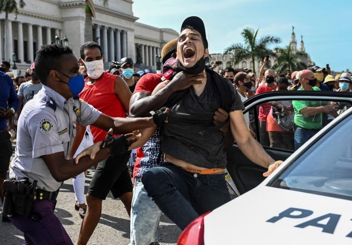 Havannassa Kuubassa osoitettiin mieltä sunnuntaina. Lehtikuva/AFP