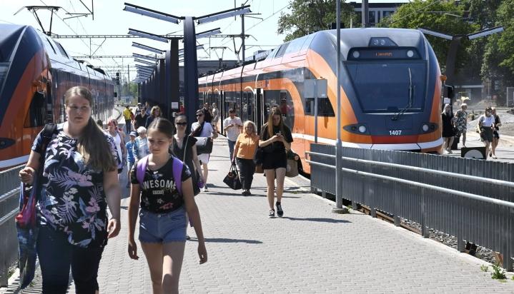 Rail Baltica -ratahanke ulottuu Tallinnasta Varsovaan. Kuva Tallinnan rautatieasemalta. LEHTIKUVA / HEIKKI SAUKKOMAA