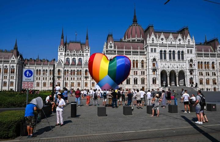 Aktivistit osoittivat mieltä seksuaali- ja sukupuolivähemmistöjä syrjivää lainsäädäntöä vastaan Unkarin parlamentin edustalla heinäkuun alussa. LEHTIKUVA/AFP