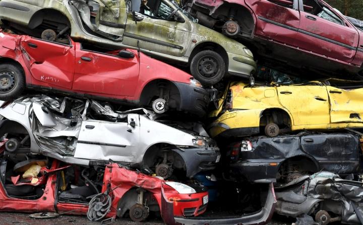 Tänä vuonna on romutettu entistä enemmän autoja. Arvometalleja sisältäviä katalysaattoreita on varastettu purkamoilta ja jopa käytössä olevista autoista. LEHTIKUVA / JUSSI NUKARI