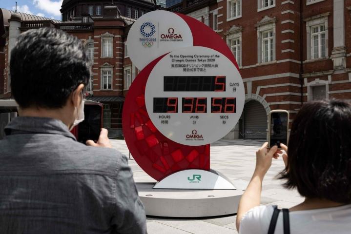 Koronapandemian vuoksi viime kesästä siirrettyjen kesäolympialaisten on määrä alkaa ensi perjantaina. LEHTIKUVA / AFP