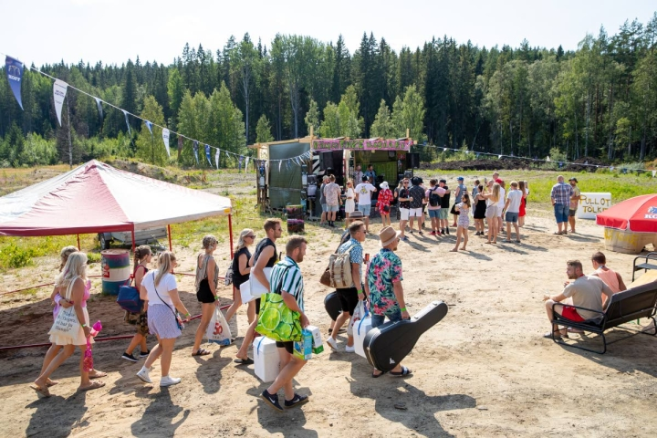 Fake Ilosaari -varjofestareiden ensimmäinen bändi, Erno Porkka ja nahkattomat, aloittelee esitystään samalla, kun festarivieraita kerääntyy paikalle.