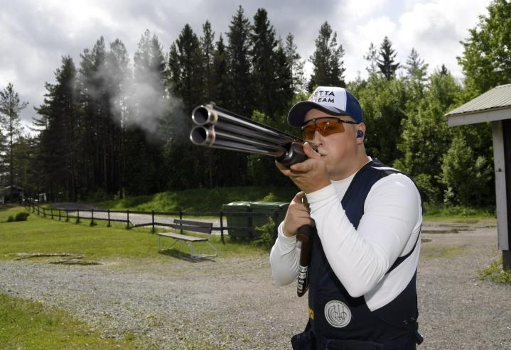 Skeet-ampuja Lari Pesonen harjoituksissa Sipoossa. Lehtikuva / Markku Ulander