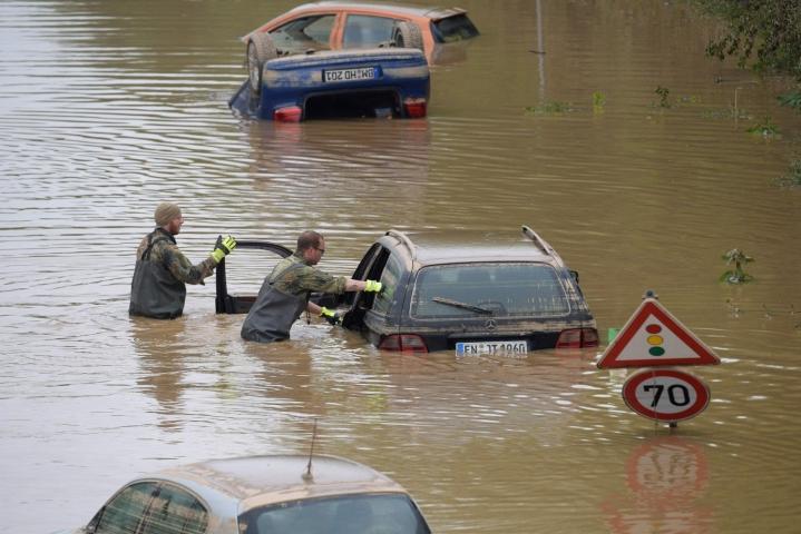 Sotilaat etsivät tulvauhreja uponneista autoista Erftstadtissa Länsi-Saksassa 17. heinäkuuta 2021. LEHTIKUVA/AFP