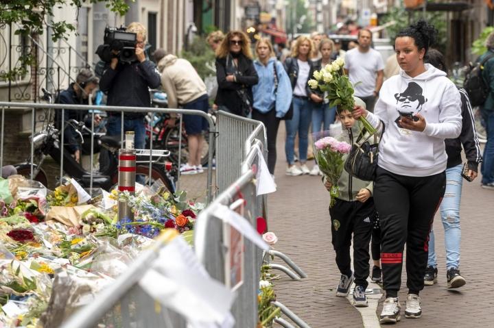 Hollantilaiset ovat muistaneet murhattua Peter de Vriesiä kukkasin Amsterdamin keskustassa. LEHTIKUVA/AFP