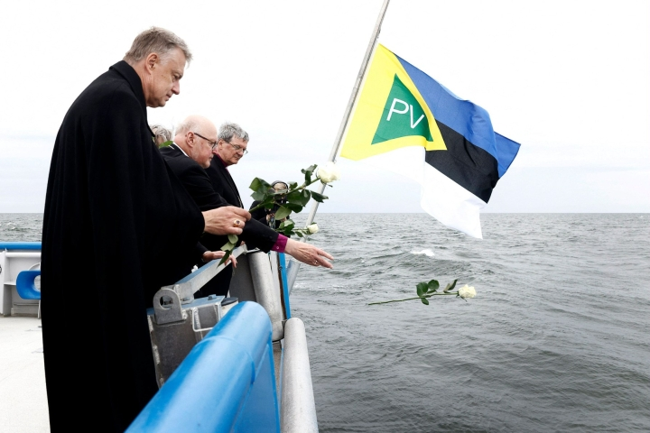 Piispat heittivät mereen kukkia Estonian uhrien muistoksi. Lehtikuva/AFP