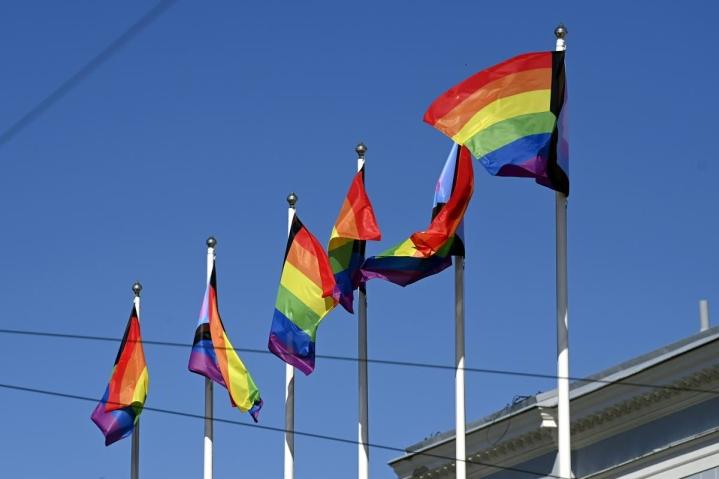 Sateenkaarilippuja Helsingin kaupungintalolla Helsingissä 28. kesäkuuta 2021. Helsinki Pride -viikon päätapahtumapaikka Pride House sijaitsee Helsingin kaupungintalolla. Helsinki Pride -viikkoa vietetään tänä vuonna 28.6. - 4.7.