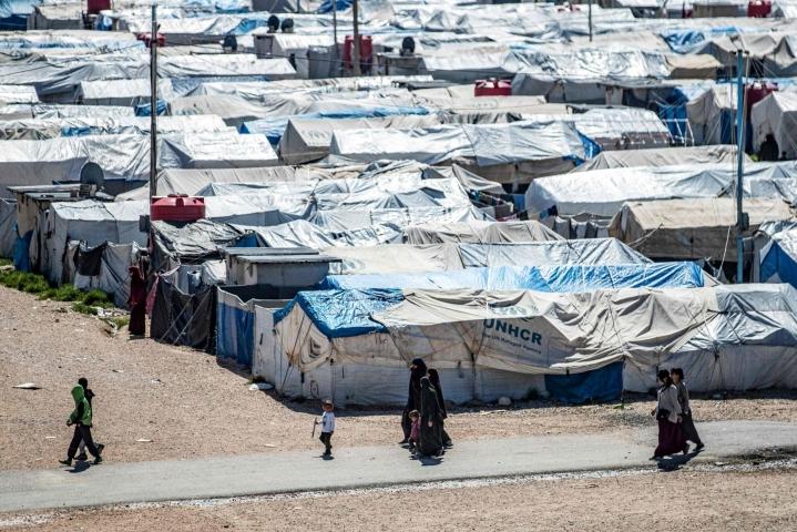 Ulkoministeriö kotiutti perjantaina Syyriasta suomalaisen naisen ja hänen kaksi alle kouluikäistä lastaan. Kaikki kolme olivat olleet al-Holin leirillä, mistä heidät oli ennen luovutusta siirretty Rojin leiriin Koillis-Syyriaan. LEHTIKUVA/AFP