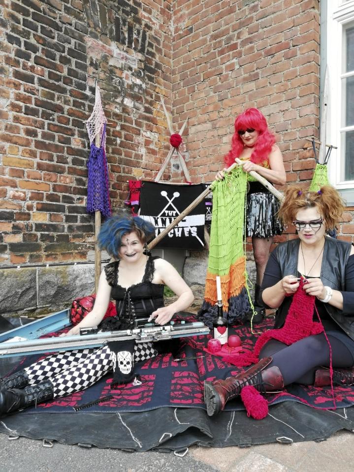 The Knitwitches -ryhmän Mia Korppi eli Tech Witch (vas.), Katri Loponen eli Stick Witch ja Sari Linna eli Mosh Witch opiskelevat neulemuotoilua Jyväskylässä.