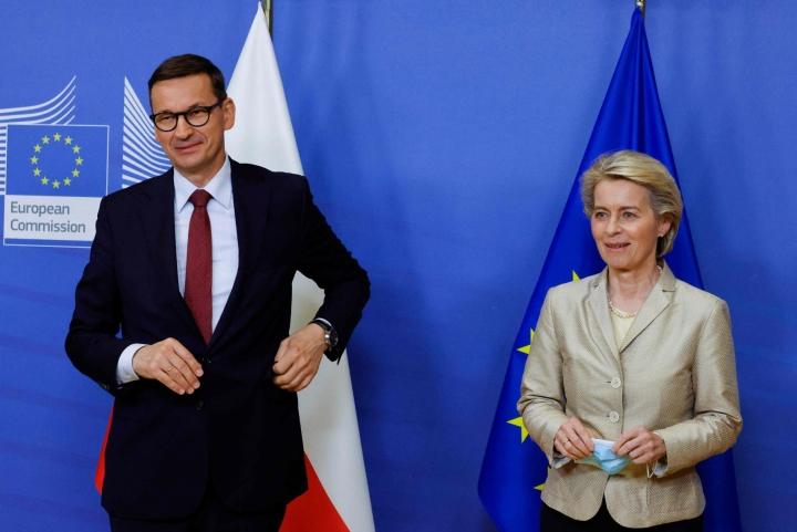 Puola ja EU ovat pitkään riidelleet uudistuksista, joita hallitseva oikeistopopulistinen Laki ja oikeus -puolue on ajanut maassa läpi. Kuvassa Puolan pääministeri Mateusz Morawiecki (vas.) ja EU-komission puheenjohtaja Ursula von der Leyen. LEHTIKUVA/AFP
