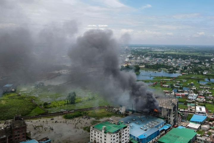 Tulipalo elintarviketehtaassa syttyi torstaina iltapäivällä paikallista aikaa Rupganjissa lähellä pääkaupunki Dhakaa. Kuva otettu 9. heinäkuuta. LEHTIKUVA/AFP