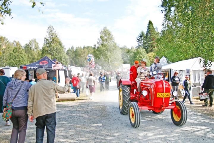 Vanhoihin asuihin sommistautuneet osallistujat ilmestyivät Rompepäiville Porsche-traktorilla vuonna 2019. Arkistokuva.