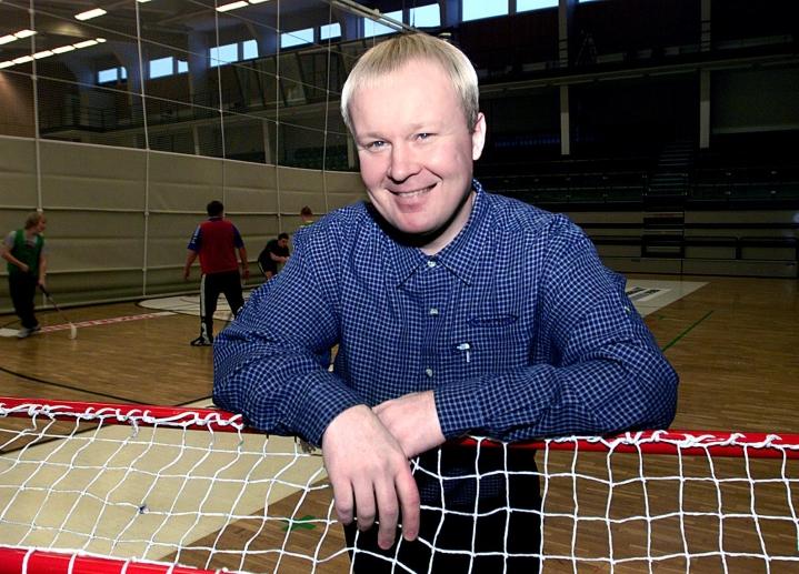 Antti Ruokonen muistelee lämmöllä takavuosien tapahtumia Josban edustusjoukkueessa. Tiukassa paikassa valmentaja kaivoi kassista esille stringit, jotka pelaajat pukivat päälleen otteluun. Ruokonen arkistokuvassa helmikuulta 2003.