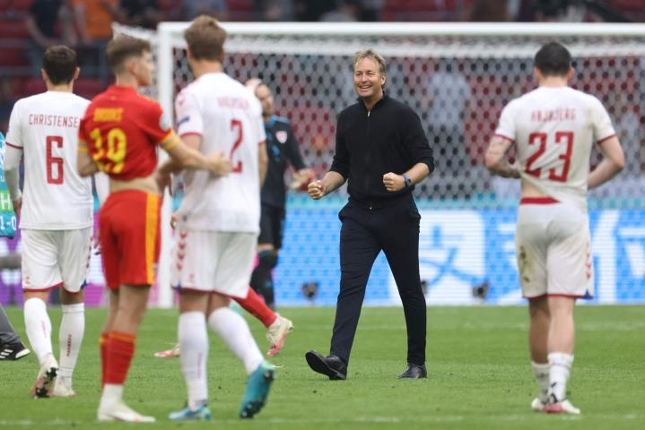 Tanskan päävalmentaja Kasper Hjulmand on noussut viimeistään nyt EM-turnauksessa huippuvalmentajien joukkoon. Pudotuspeliavauksessa Tanska kaatoi Walesin.