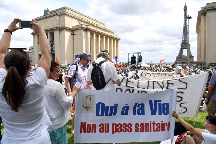 Muun muassa Pariisissa osoitettiin viikonloppuna laajasti mieltä koronapassia vastaan. Kyllä elämälle, ei terveyspassille, luki mielenosoittajien kyltissä. LEHTIKUVA/AFP