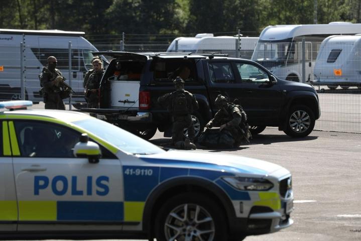 Paikalle on komennettu useita poliisiyksiköitä. LEHTIKUVA/AFP
