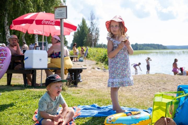 Niemisen sisarukset Anni, 5, ja Akseli, 3, pääsivät ensimmäistä kertaa Kuoringan rannalle. Sisarukset ovat tulleet äitinsä kanssa Ylöjärveltä mummolaan Varkauteen. Kyseessä on pikapysähdys. Matka jatkui rannalta Joensuun keskustaan.