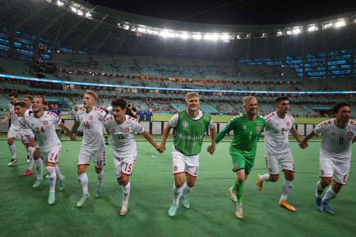 Tanskan pelaajat iloitsivat Tshekki-voitosta ja EM-kisojen jatkoonpääsystä stadionilla Bakussa. LEHTIKUVA / AFP