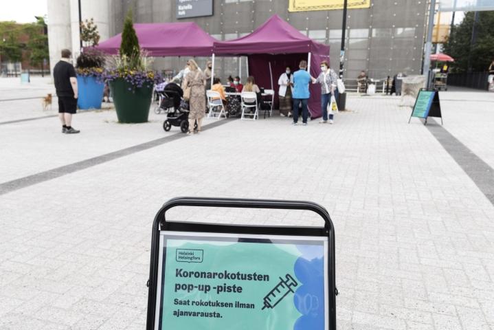 Koronarokotusten pop-up -piste Helsingin Vuosaaressa. THL:n mukaan on tärkeää, että myös nuoret ja nuoret aikuiset hakevat rokotuksen heti kun se on mahdollista. LEHTIKUVA / RONI REKOMAA