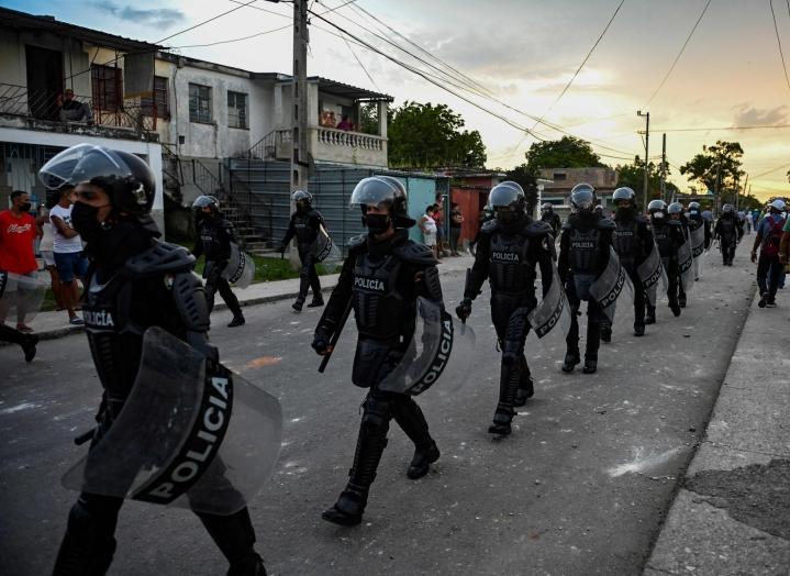 Kuuban sisäministeriön mukaan yksi ihminen on kuollut Kuuban hallinnon vastaisessa mielenosoituksessa. LEHTIKUVA/AFP