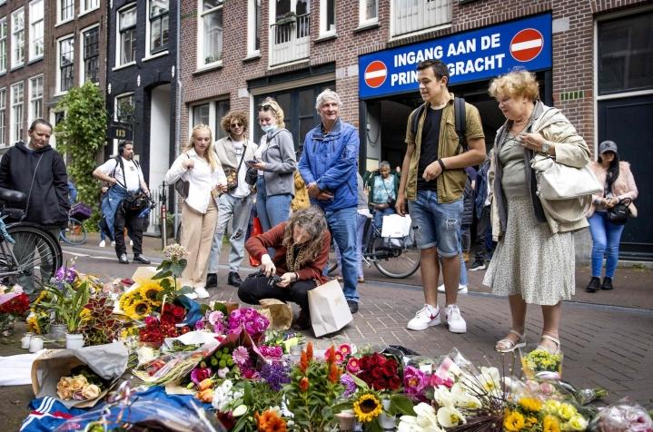 De Vriesiä ammuttiin lähietäisyydeltä useita kertoja tiistai-iltana Amsterdamissa. Paikalle tuotiin muun muassa kukkia. Lehtikuva/AFP
