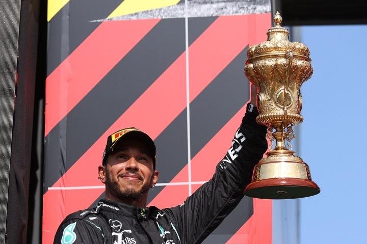 Mercedes-kuljettaja Lewis Hamilton on ottanut uransa aikana vahvasti kantaa tasa-arvoasioihin ja rasismiin. Ennen Silverstonen kilpailua hän ilmaisi tukensa englantilaisjalkapalloilijoille, jotka epäonnistuivat EM-finaalin rangaistuspotkukisassa ja joutuivat törkyviestien kohteeksi. LEHTIKUVA / AFP