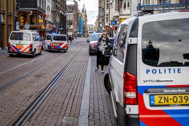 Silminnäkijöiden mukaan toimittaja oli poistunut rakennuksesta lähellä Leidseplein-aukiota ja kävelemässä autoonsa, kun häntä ammuttiin lähietäisyydeltä päähän. LEHTIKUVA / AFP