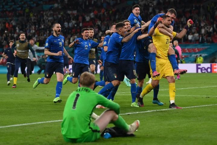 Italian maalivahti Gianluigi Donnarumma (keltaisessa) torjui Englannin viimeisen rangaistuspotkun. LEHTIKUVA / AFP