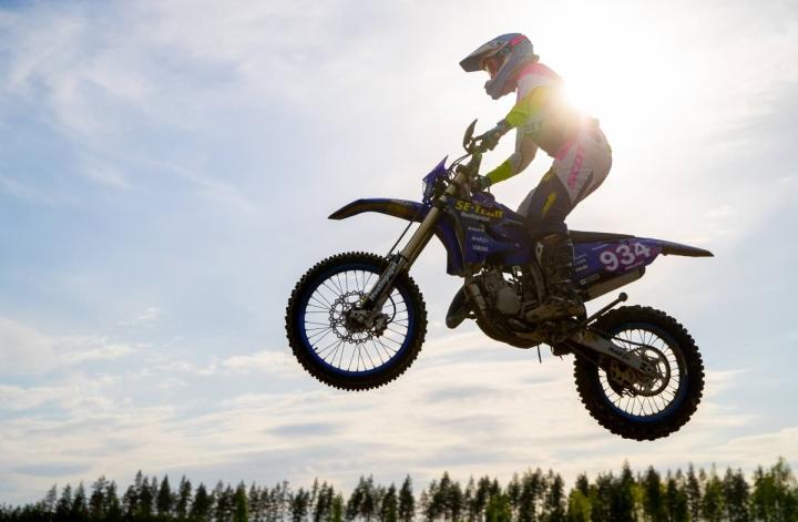 Janette Mielonen ajoi vahvasti Kauhajoella. Kuva Uuron motocrossradalta toukokuulta.