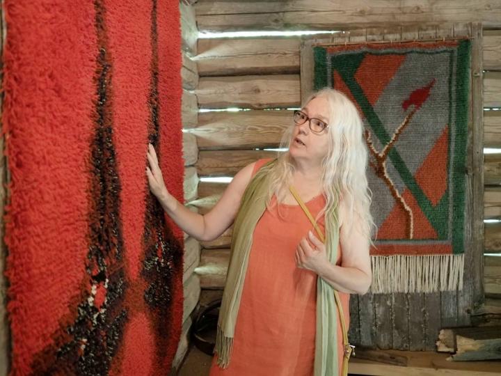 Leila Luukkainen kertoo, että punainen ryijy tunnetaan joko nimellä Tuikku tai Tuikut, ja se on suunniteltu 1960- tai 70-luvulla, mutta suunnittelijaa ei tiedetä. Takana on kesälahtelaisen Maire Issakaisen vuonna 1935 kutoma kansalaissota-aiheinen ryijy, jolla ei ole nimeä.