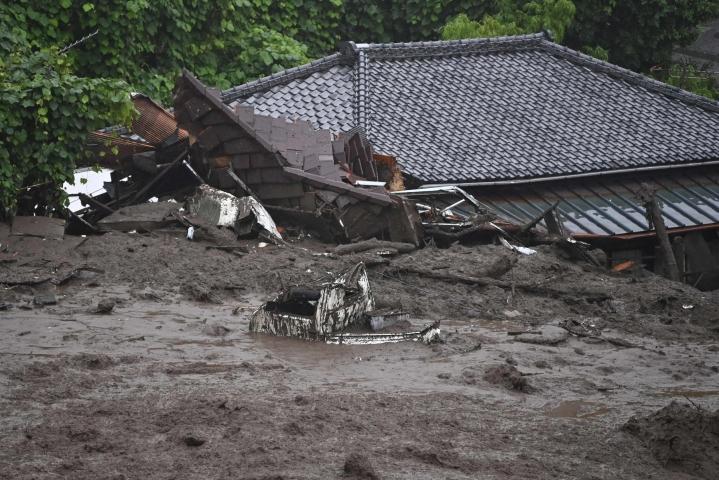 Japanissa on kuollut ainakin kaksi ihmistä tuhoisassa maanvyörymässä, joka pyyhki mukanaan rakennuksia ja autoja maan pääkaupungin Tokion lounaispuolella.