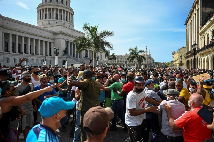 Kuubassa ei ole tuoreista mielenosoituksista huolimatta sellaista poliittista vastavoimaa, joka voisi haastaa kommunistisen yksipuoluejärjestelmän, arvioi suurlähettiläs Pertti Ikonen. LEHTIKUVA/AFP