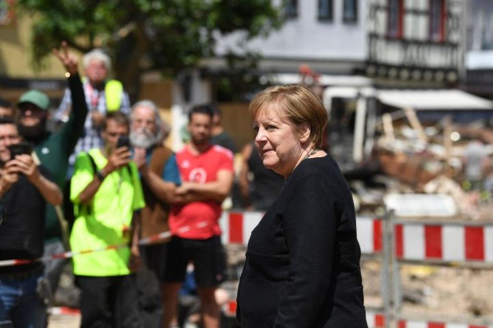 Saksan liittokansleri Angela Merkel vieraili tuhoalueilla tiistaina. LEHTIKUVA/AFP