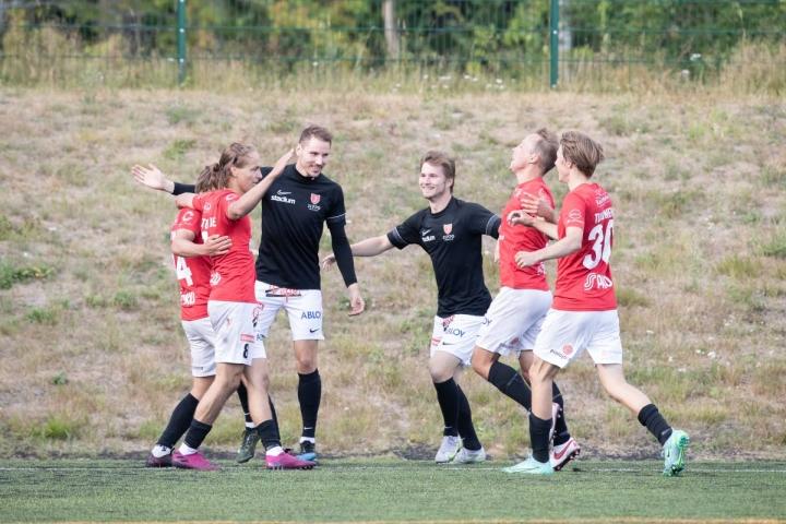 Jippo viilettää kahden ottelun voittoputkessa. Kuvassa joensuulaispelaajat juhlivat maalia Ekenäs IF:ää vastaan viime lauantaina, nyt punapaidat kukistivat HJK:n farmijoukkue Klubi 04:n.