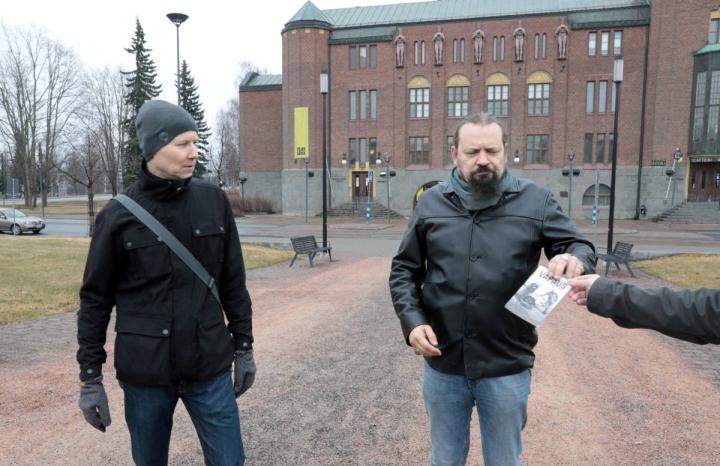 Kari Souto (vas.) ja Arttu Laakkonen kirjoittivat kirjan Vapaudesta. Kaksikko kuvattuna keväällä Joensuun Vapaudenpuistossa.