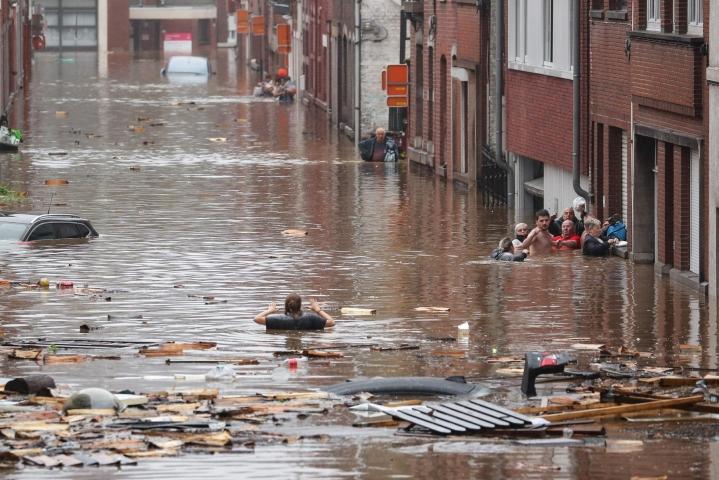 Länsi-Eurooppaa koettelevien tulvien ja rankkasateiden uhrimäärä on kohonnut jo ainakin 120:een ja satoja on yhä kateissa. LEHTIKUVA/AFP