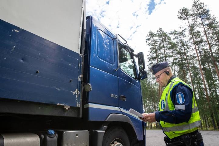 Karjalainen seurasi viime viikolla tehovalvontaa Kulhossa. Kuvassa poliisi Petri Malo tarkastustehtävissä.